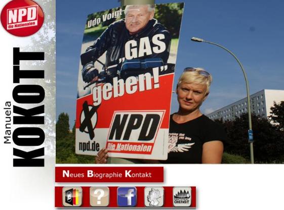 """Für die Partei: Manuela Kokott posiert mit """"Gas geben!"""" – Plakat, solche wurden provokativ u.a. vor dem Jüdischen Museum in Berlin aufgehangen. (Screenshot der Internetseite von Manuela Kokott)"""