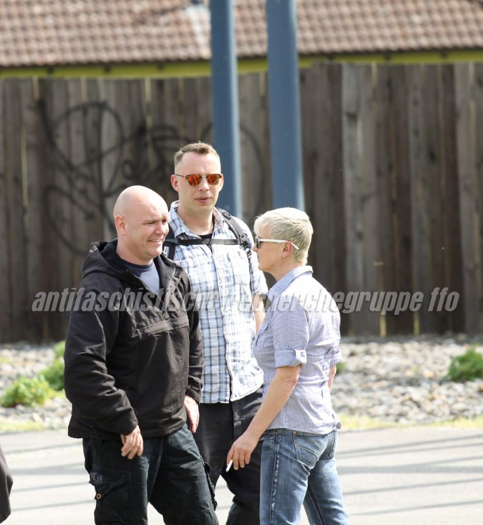 Man kennt sich: Kameradschaftsführer Sven Lemke (links) im Plausch mit Frank Odoy und Manuela Kokott (beide NPD-Oderland). (Foto: antifaschistische recherchegruppe frankfurt (oder))