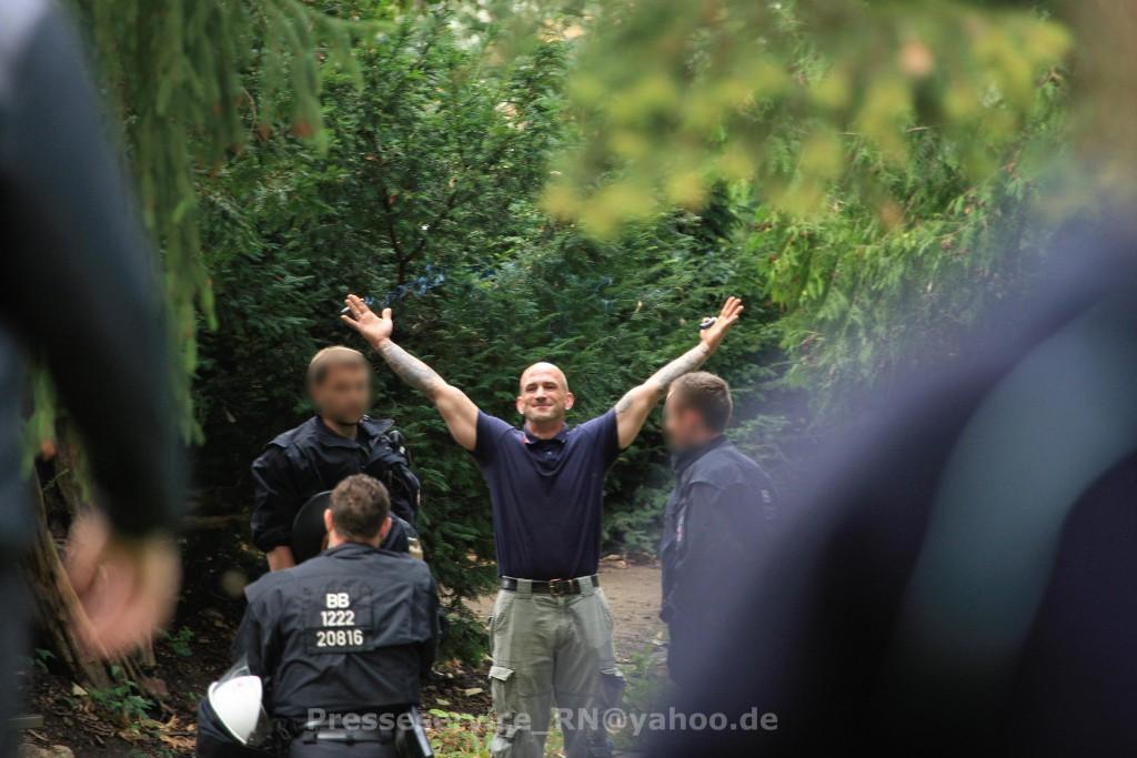 Weiterhin selbstbewusst: Trotz der Ingewahrsamnahme kurz nach einem versuchten Angriff provozierte Peer Kross unter den Augen der Polizei weiterhin Gegendemonstrant*innen (Photo: Presseservice Rathenow)