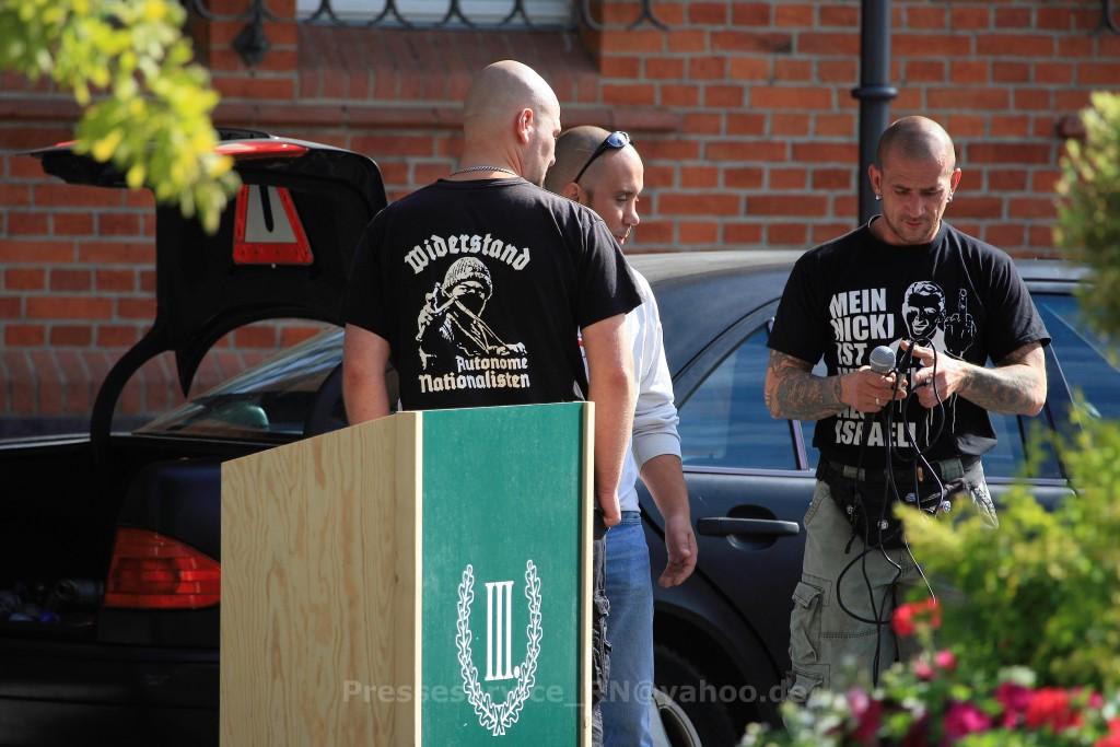 """Für den """"III. Weg"""" in ganz Brandenburg unterwegs: Peer Koss(rechts) hilft inzwischen der rechten Splitterpartei um Maik Eminger bei ihren Kundgebungen auch an anderen Orten. Hier am 1. August 2015 in Zossen (TF). (Photo: Presseservice Rathenow)"""