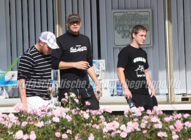 David Schulz, Michael Meißner und Jeffrey Windolf (von l. nach r.) beobachten am 29. August 2009 eine Antirassistische Demonstration in Eisenhüttenstadt.