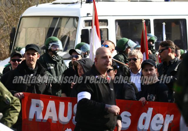 In der Walter-Koring-Straße war Schluß: Sichtlich frustiert waren die Neonazis wie die NPD-Kader Udo Voigt und Uwe Meenen (m. Sonnenbrillen rechts) am 24. März.