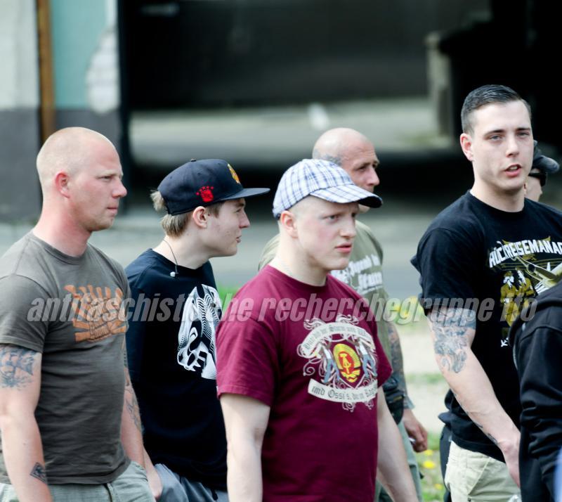 """Zu den regelmäßigen Teilnehmer*innen der Frankfurter Neonazis gehören Martin Wilke (links), Eric Hempel (mitte, mit DDR-Shirt) und """"Rückreisemanager"""" Andy Köbke (rechts) (Foto: antifaschistische recherchegruppe frankfurt (oder))"""