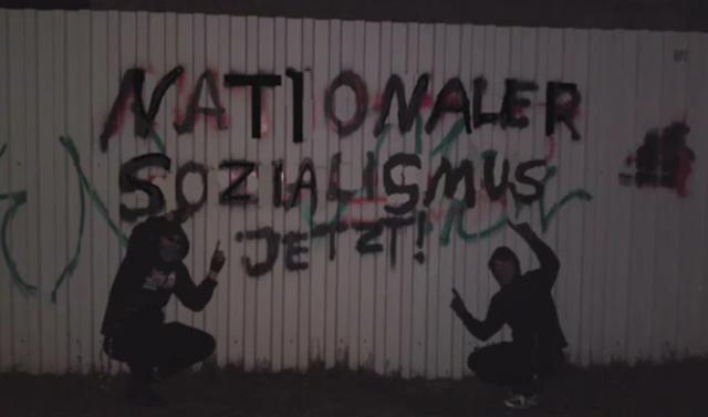 Um jeden Preis präsent sein: Michael Meißner (links) posiert vor einem gerade von ihm gesprühten Graffiti.