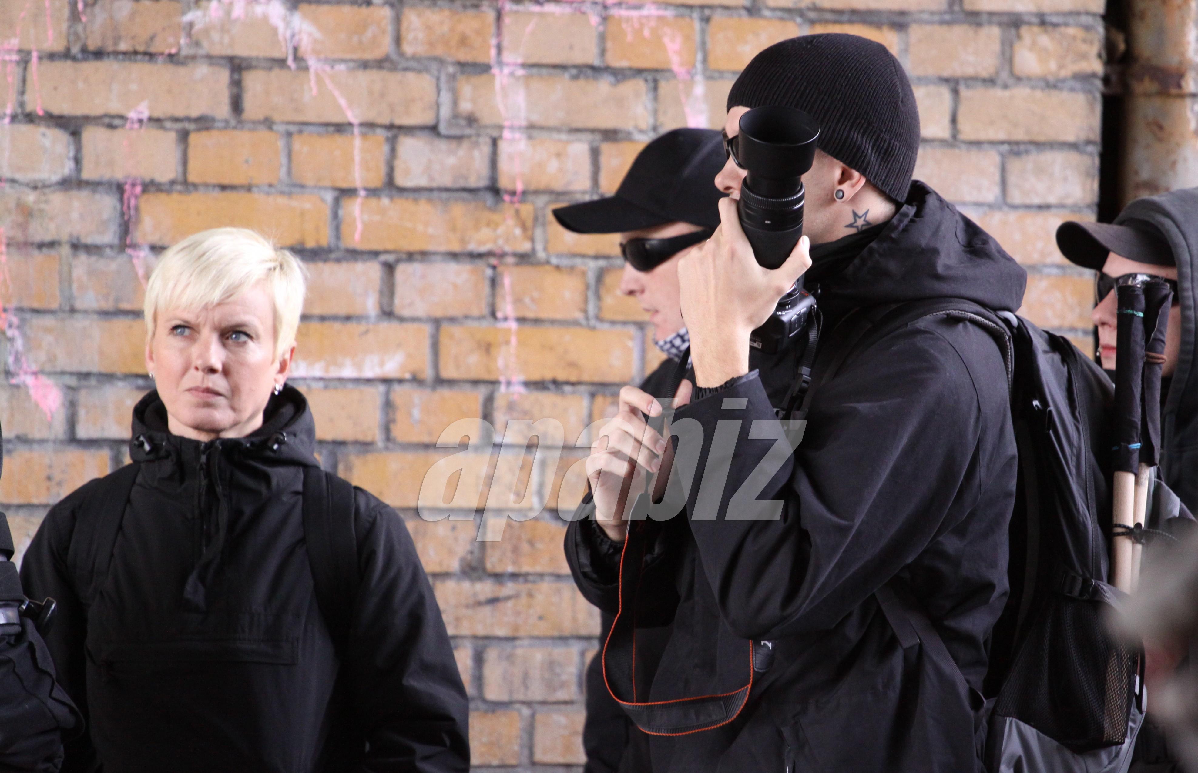 """Gute Kontakte: Manuela Kokott zusammen mit """"Anti-Antifa""""-Fotografen auf einer NPD-Veranstaltung am 18.September 2010 in Berlin-Schöneweide. (Foto: apabiz)"""