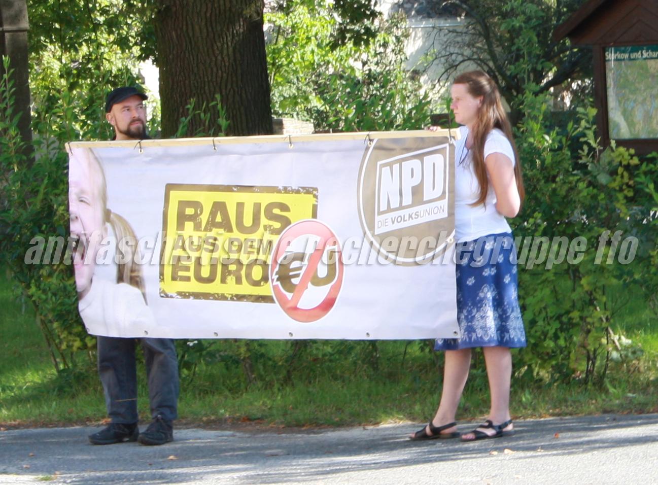 Gemeinsame Stärke beweisen Andreas Kavalir (links) und seine Lebensgefährtin Antje Kottusch (beide NPD Schöneiche) bei einer NPD-Wahlkampfveranstaltung am 21. August 2011 in Selchow.