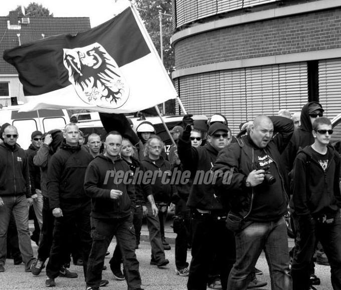 """Mit Brandenburg-Fahne: Robert Krause als einziger """"AN-OS""""ler bei einem Nazi-Aufmarsch am 2. Juni in Hamburg. (photo: recherche nord)"""