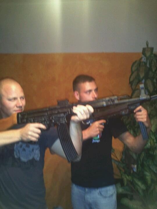 Präsentieren sich gewaltbereit: Martin Wilke (links) und Andy Köbke mit Waffenmodellen der Wehrmacht in der Wohnung von Mario Müller in der Leipziger Straße 168.