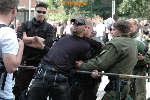 Am 9. Juli 2011 versuchte Michael Meißner am Rande eines Neonaziaufmarschs in Neuruppin einen Fotografen anzugreifen. Links von ihm Marten Erlebach aus Frankfurt (Oder).