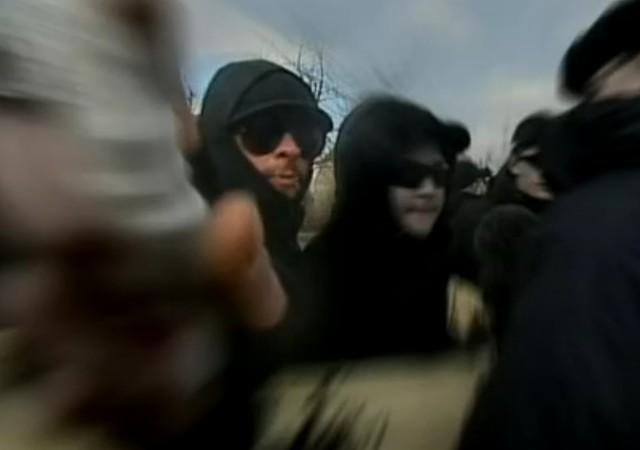In Teterow attackierte er am 05. März 2011 bei einem NPD Aufmarsch einen Kameramann des NDR. (Screenshot aus dem Video vom 5. März 2011 vom NDR-Magazin)