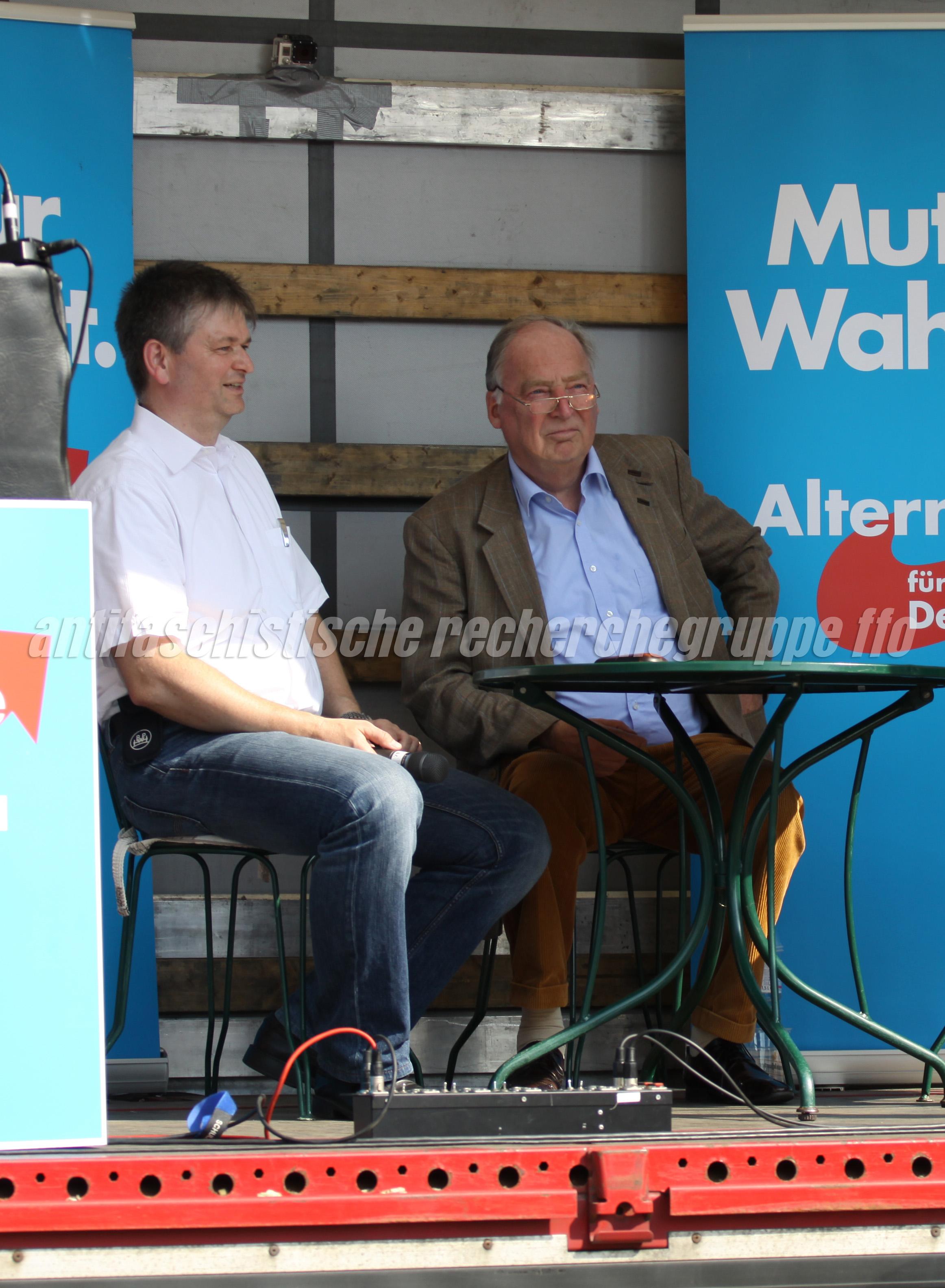 Die AfD und ihre Fans: Während Wilko Möller (l.) und der AfD-Landesvorsitzende Alexander Gauland (r.) auf einer Kundgebung am 6. September 2014 in Frankfurt (Oder) Wahlakampf machen … (Foto: pressedienst frankfurt (oder))