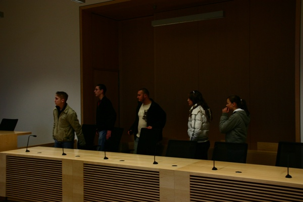 Die Angeklagten Janko Greve (Jg. 1987), Andy Köbke (Jg. 1991), Sebastian Boldt (Jg. 1987), Moniek Scharpf (Jg.1992) und Jenny Russow (Jg.1990) (v.l.n.r.) im Gerichtssaal.
