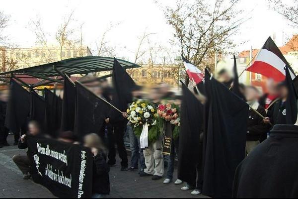 Neonazis am 18.November auf dem Bahnhofsvorplatz in Frankfurt (Oder). Faksimile von freie-offensive.net.