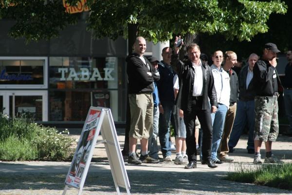 Roland Weiß (Bildmitte), Martin Kreusch, Björn Sielaff, Robert Noak und weitere Frankfurter NPD-Sympathisanten beim NPD-Stand am 19.Mai 2007.