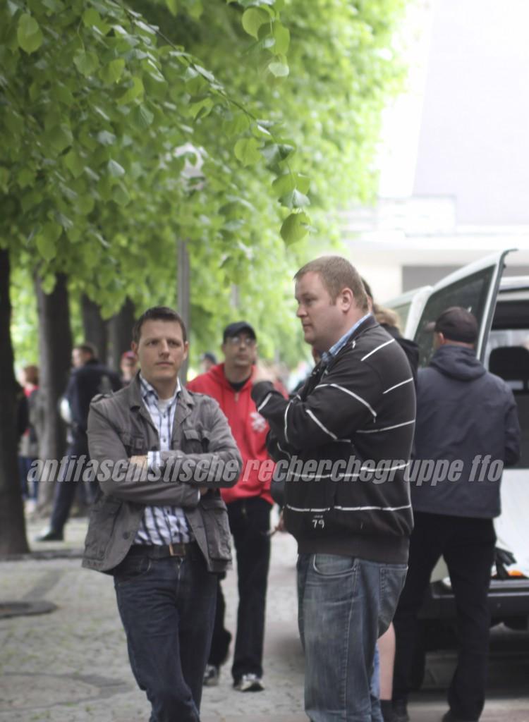 Angesichts des Gegenprotests in Frankfurt schauen die Mitglieder des Landesvorstands und Spitzenkandidaten ihrer Partei zu den Kommunalwahlen Florian Stein (links) und Ronny Zasowk bedrückt. (foto: pressedienst frankfurt (oder))