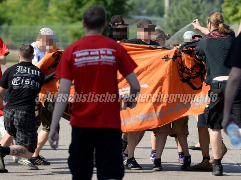 Klare Meinungsäußerung: Als am 3. August 2013 Antifaschist_innen in Eisenhüttenstadt gegen eine NPD-Kundgebung demonstrierten wurden sie unvermittelt angegriffen, u. a. von Alexander Kevin Pieper (links, mit Fahnenstange) und Markus Noack (rechts, mit Pfeffergas). (Foto: dpa)
