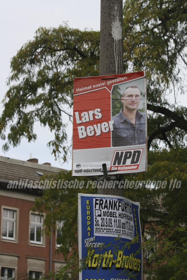 Lars Beyer auf einem NPD-Plakat in der Leipziger Strasse kurz nach dem Aufhängen. Inzwischen wurden fast alle Plakate wieder entfernt.