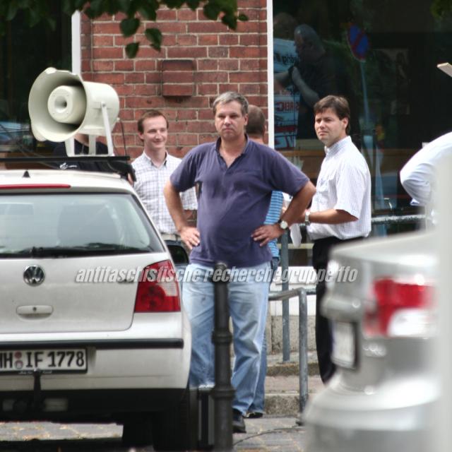 Christian Worch (m.) mit DVU-Landtagsabgeordneten Markus Nonninger (r.). Links neben Worch im Hintergrund Marcel Guse.