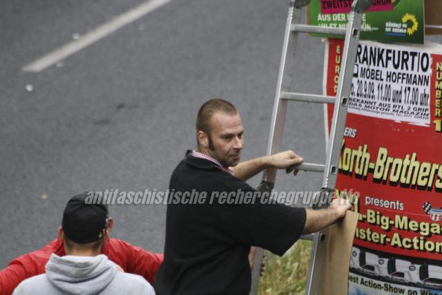 NPD-Helfer beim Plakate aufhängen in der Leipziger Strasse.