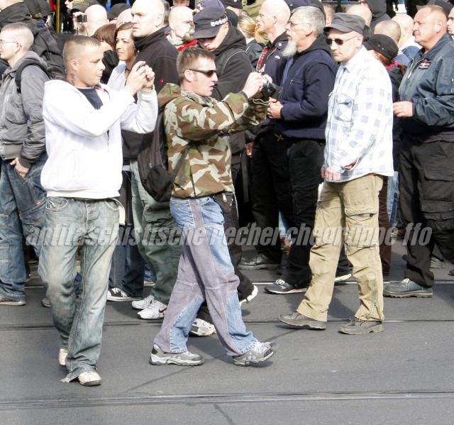 Fotografieren Nazigegner_innen am Rande des Zuges: Stefan Schulz (links) und Mario Schreiber (Camouflage-Jacke).