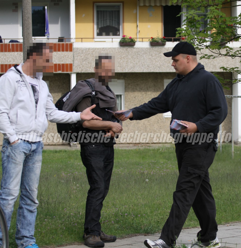 Martin Schlechte (rechts) beim Verteilen von Flyern am Rande einer NPD-Kundgebung am 1. Mai in Eisenhüttenstadt. (Quelle: pressedienst frankfurt (oder))