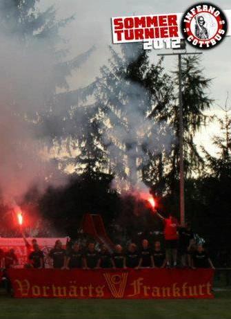 FCV-Hooligans mit Transpi und Pyrotechnik beim Sommerturnier der neonazistischen Fangruppierung Inferno Cottbus Ende Juli. (Faksimile von der facebook-Seite von Inferno Cottbus)