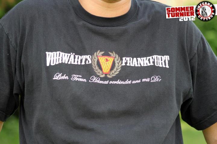 Liebe, Treue, Heimat verbindet uns mit Dir – Mannschaftsshirts der FCV-Hools beim Sommerturnier von Inferno Cottbus. (Faksimile von der facebook-Seite von Inferno Cottbus)