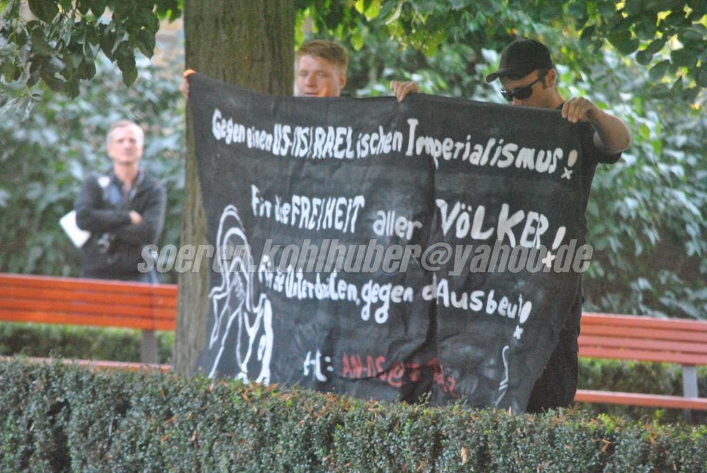 """Am 1. September waren Tim Wendt und ein weiterer Kamerad samt Transpi die einzigen Vertreter der """"AN-OS"""" in Velten/Oberhavel. (photo: sören kohlhuber)"""