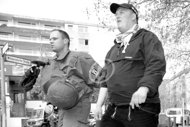 wird-am-01-mai-2009-nach-dem-gescheiterten-aufmarschversuch-in-berlin-charlottenburg-von-der-polizei-abgefhrt-danny-zink2