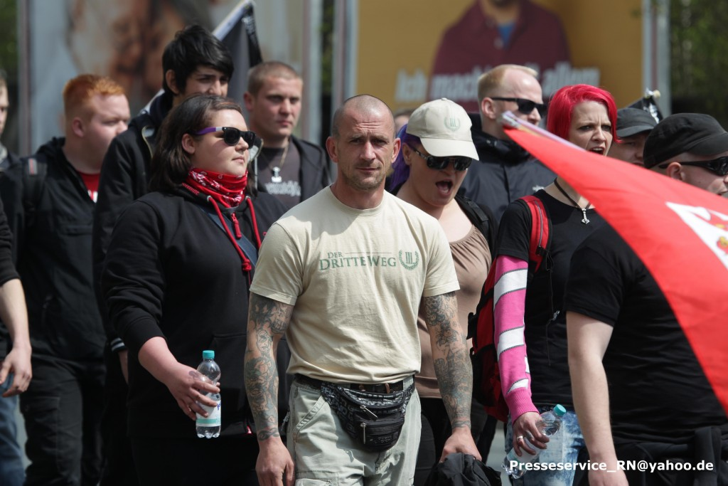 """Immer den """"III. Weg"""": Peer Koss (mitte) auf der 1. Mai-Demonstration der neonazistischen Kleinstpartei in Plauen. Links von ihm Jessica Kautz (mit Flasche). Rechts seine Frau Franziska (rote Haare). (Photo: Presseservice Rathenow)"""