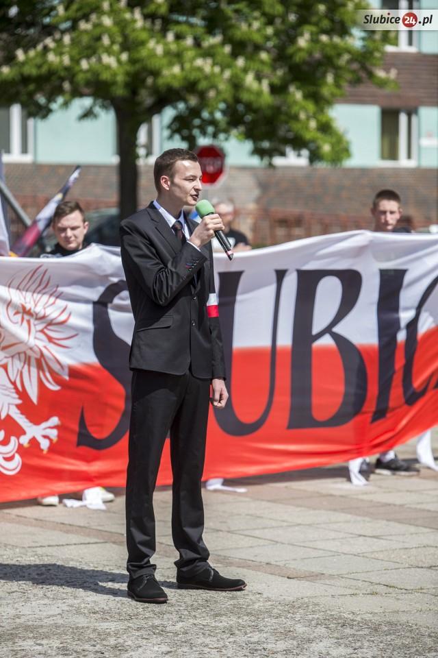 """Schick im Anzug: Kopf der extrem rechten """"Narodowe Slubice"""" Michał Czwerwiński als Redner am 7. Mai in Slubice. (Quelle: slubice24.pl)"""