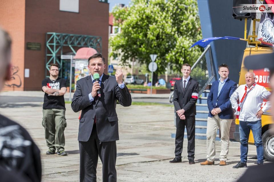Auch im Sejm sind extrem rechte Stimmen vertreten: Der Abgeordnete Sylwester Chruszcz der rechten Sammelpartei Kukiz'15 gehörte am 7. Mai 2016 zu den RednerInnen in Slubice. (Quelle: slubice24.pl)