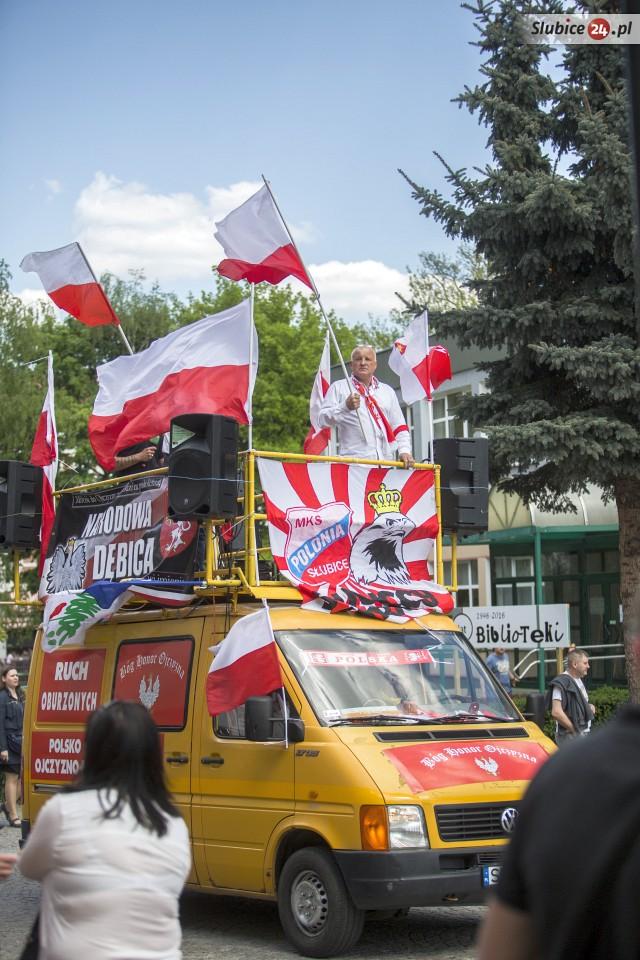 Führer einer extrem rechten Bewegung: Der Antisemit Piotr Rybak auf dem Lautsprecherwagen, u.a. geschmückt mit dem Fantransparent der örtlichen Fussballmannschaft Polonia Slubice am 7. Mai in Slubice. (Quelle: slubice24.pl)