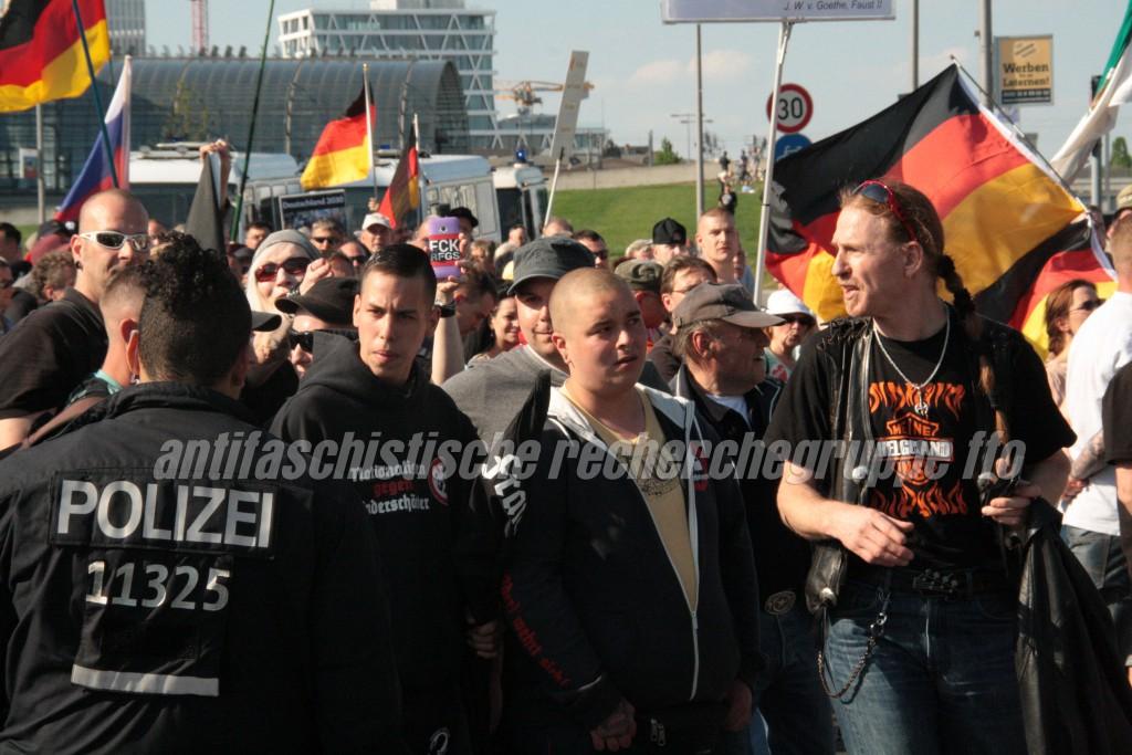 """Wer will denn böse gucken? Romano Gosda (links, mit """"Kinderschänder""""-Pullover) und Justin Dominik Kleinert (mitte, mit Nasenring) laufen am 7. Mai in Berlin neben dem Berliner NPDler Jan Sturm (rechts)."""