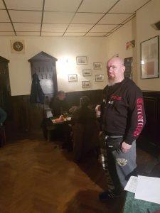 Foto Sven Lemke mit Pullover der Kammeradschaft Kommando Werwolf (Aufschrift Terrorcrew) in der Kneipe